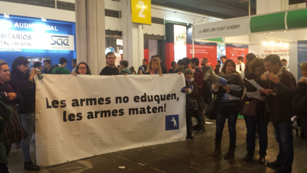 The campaign to demilitarize education rejects the presence of the Armed Forces in the Salón de la Educación of Barcelona.